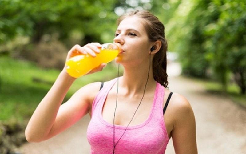Nên uống nước trái cây sau khi vận động