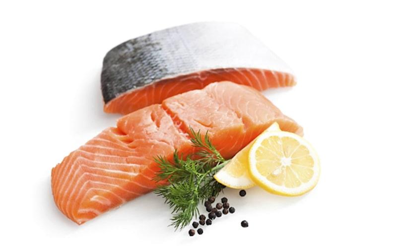 Cá hồi chứa nhiều chất dinh dưỡng có lợi cho sự phát triển của trẻ