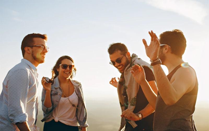 Các chị em nên cư xử cởi mở, thân thiện với mối quan hệ bạn bè của chồng
