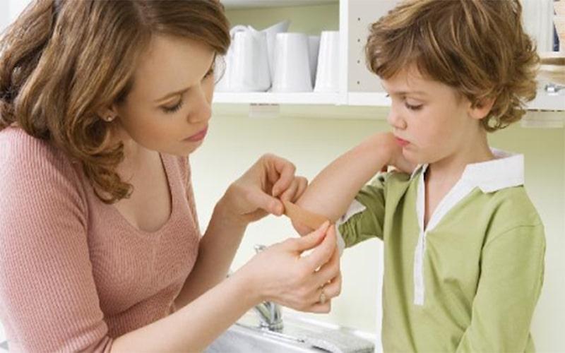 Với các vết thương đơn giản, mẹ có thể dạy con tự xử lý