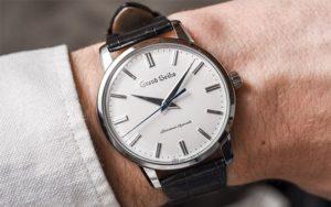 Đồng hồ đeo tay thể hiện sự sang trọng, lịch lãm