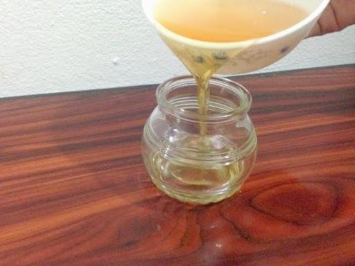 Bạn cho dầu dừa cho vào trong hộp thủy tinh và bảo quản.