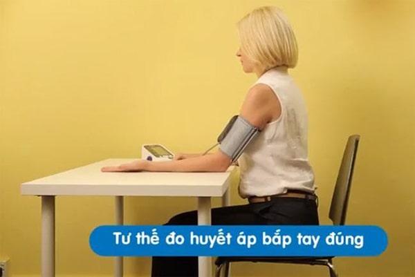 Tư thế đo huyết áp bắp tay đúng