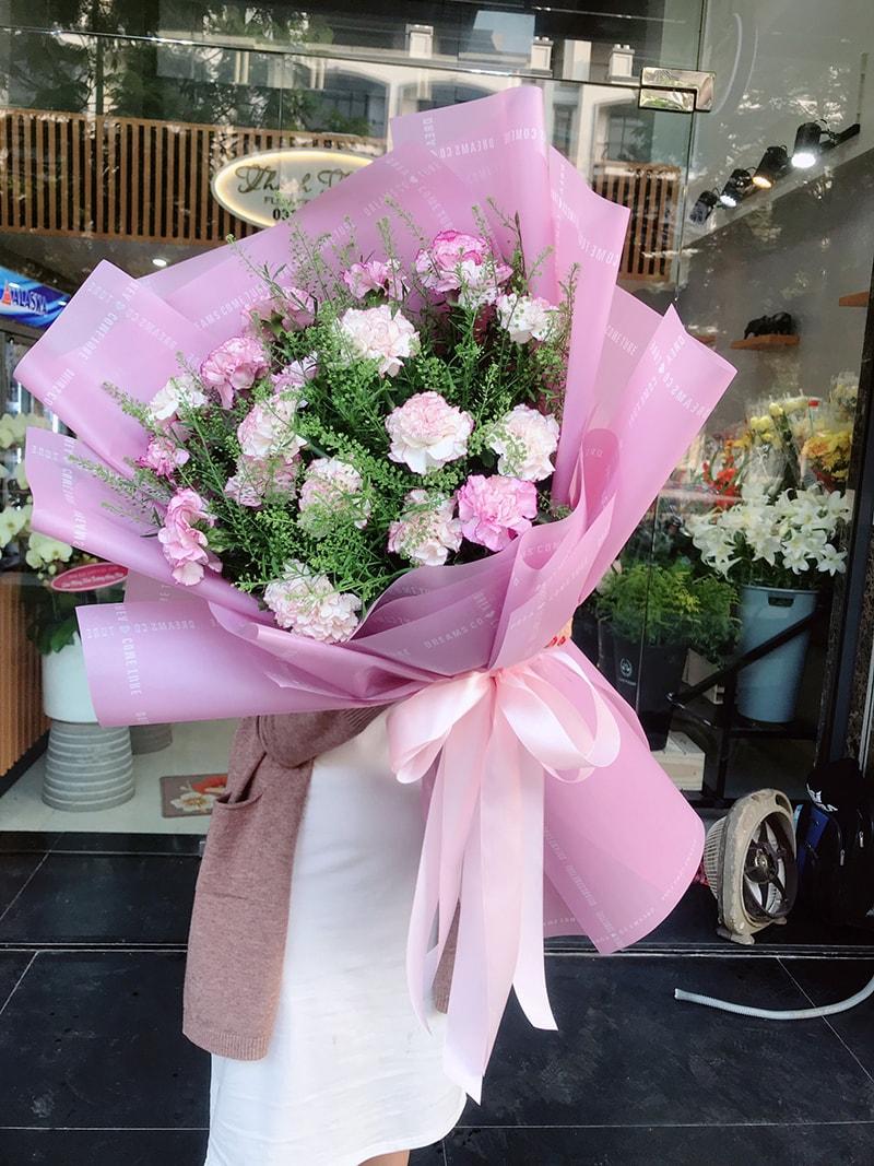 Hoa cẩm chướng biểu tượng cho tình yêu thiêng liêng và cao đẹp