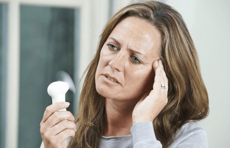 Phụ nữ tuổi mãn kinh hay bị nóng trong người và dễ nổi cáu